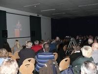 De tweede zaal (polyvalente zaal) volgde mee op groot scherm