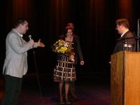 N-VA Ternat voorzitter Nele met bloemen voor Bart De Wever