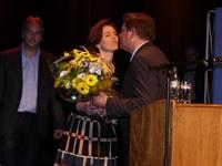 Nele overhandigt de bloemen aan Bart De Wever