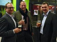 Ben Weyts, Theo Francken en Karl Vanlouwe praten gezellig na